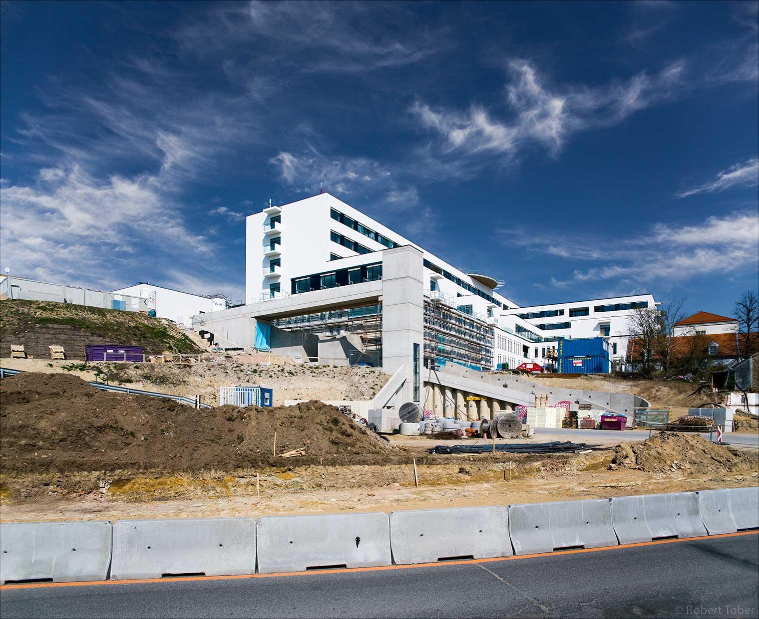 Landesklinikum Mistelbach · Baustelle mit Baucontainern · © Robert Tober Architekturfotograf