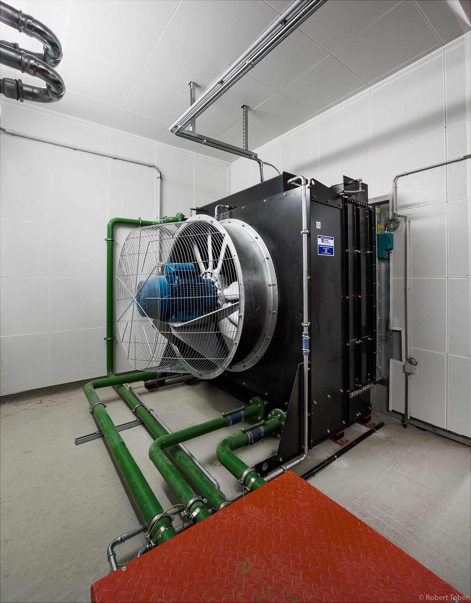 Landesklinikum Mistelbach · Wärmetauscher mit Elektro-Lüfter zum Kühlen des Cerveny 400 kVA USV Diesel Notstromgenerators · © Robert Tober Architekturfotograf