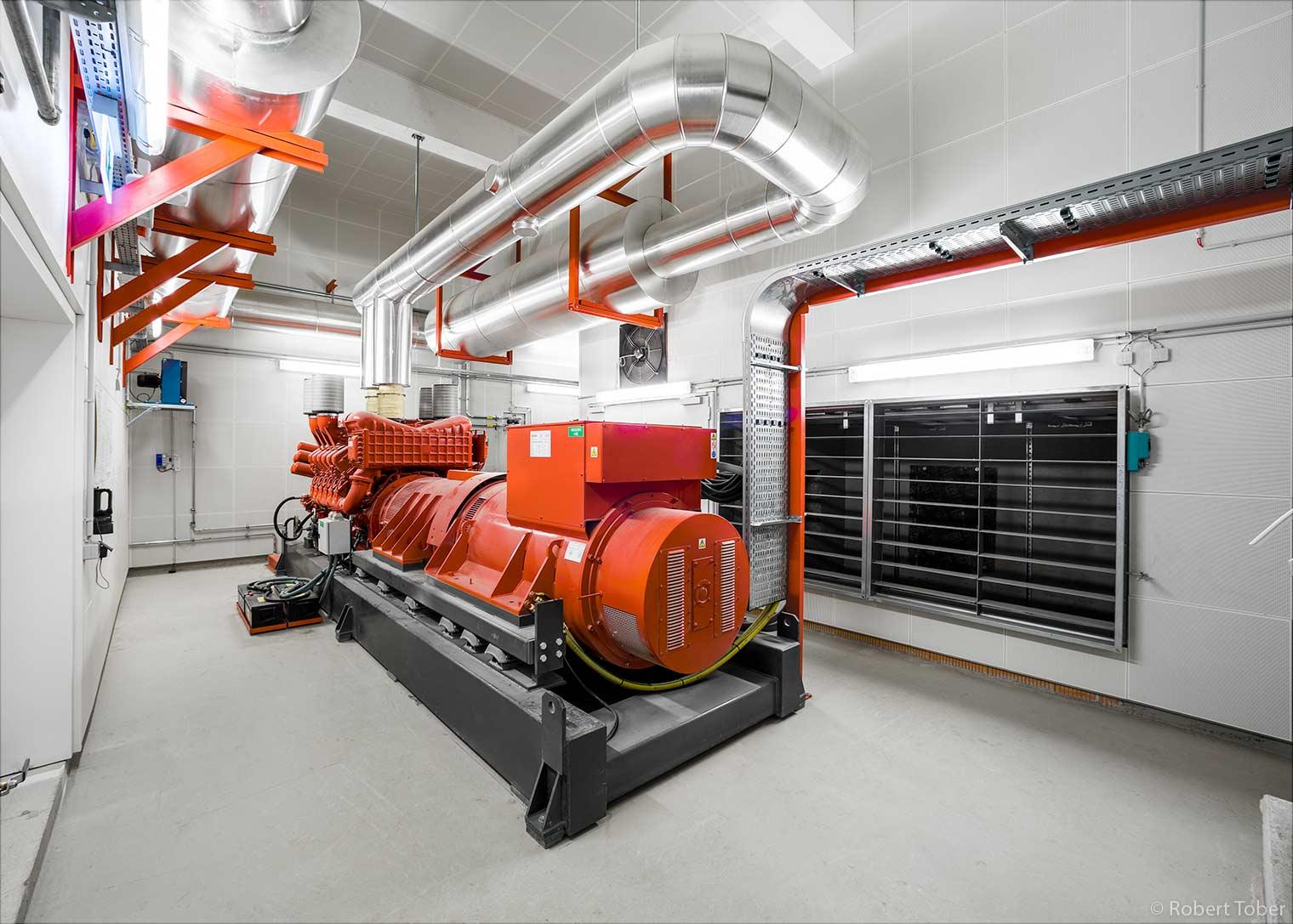 Landesklinikum Mistelbach · Cerveny 400 kVA USV Diesel Notstromgenerator, Abgasanlage an der Decke, Belüftungsklappen · © Robert Tober Architekturfotograf