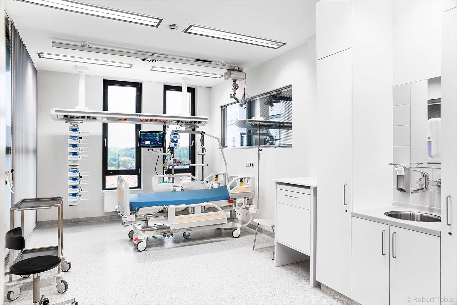 Landesklinikum Mistelbach · Intensivstation mit Krankenbett, Likorall 242 Deckenlift und Dräger Decken-Steckdosenleiste und Patienten Monitoring · © Robert Tober Architekturfotograf