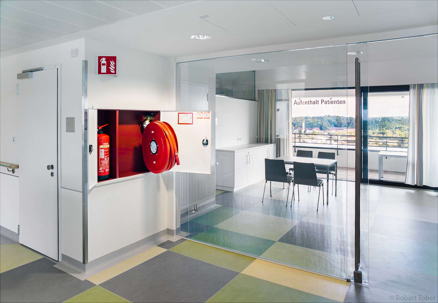 Landesklinikum Mistelbach · Patienten Aufenthaltsraum · Feuerlöscher und Wandhydrant · © Robert Tober Architekturfotograf